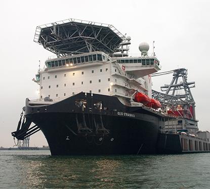 Heavy lifting crane vessel